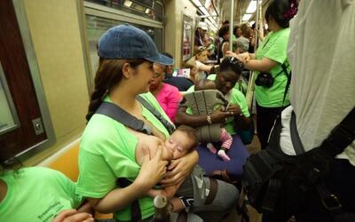 Caravana en el metro de Nueva York por el derecho a amamantar en público