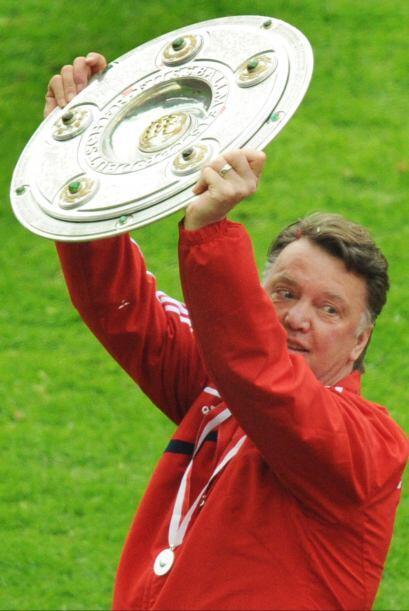 Al levantar el trofeo, Louis Van Gaal se convirtió en el primer h...