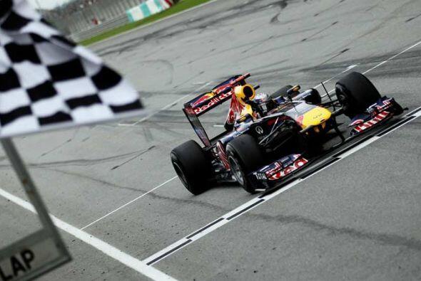 Vettel cruzó la meta con 3.2 segundos de ventaja sobre el inglés Jenson...