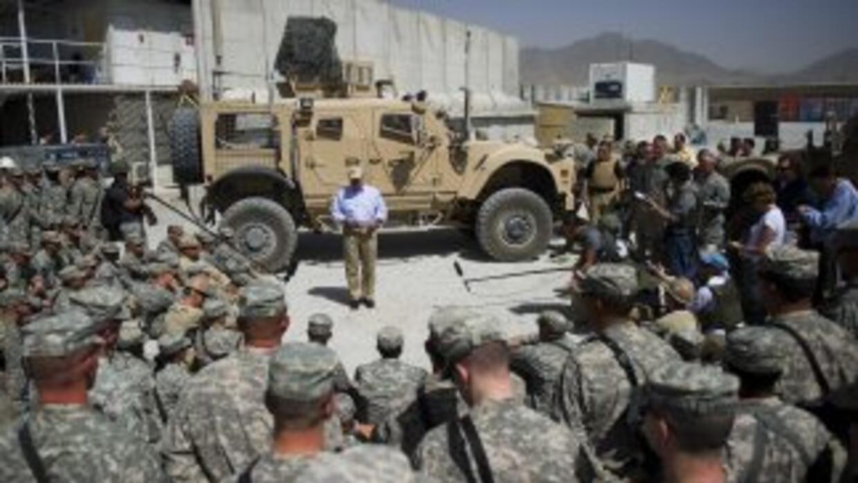 El Secretario de Defensa de Estados Unidos, Robert Gates, reunido con un...