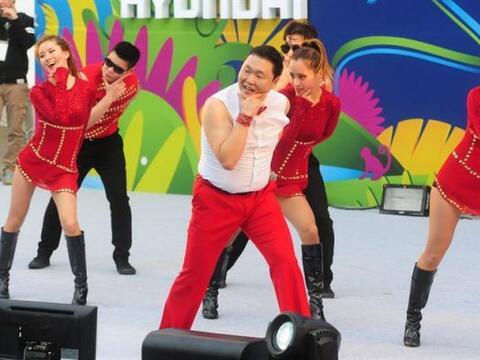 El artista Psy (c) se presenta mientras miles de personas se reúnen para...