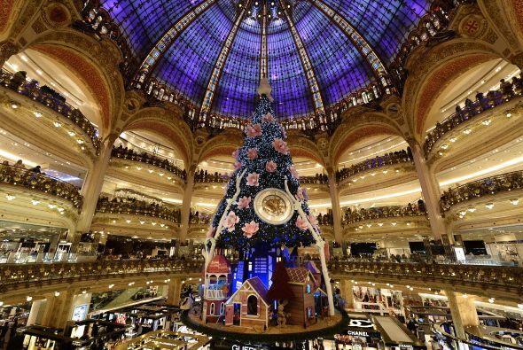 Galerías Lafayette, Paris, Francia expone un árbol impacta...