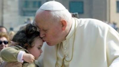 El Papa Juan Pablo IIse enfrentó por igual contra al ateísmo comunista y...
