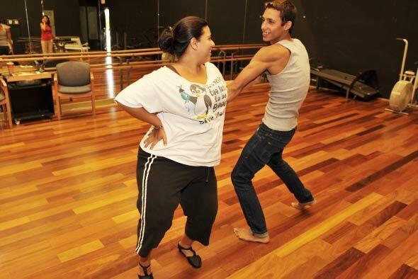 Cada participante tiene un bailarín profesional que le ayuda con...