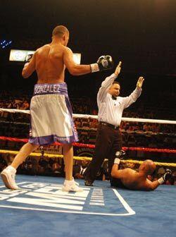 En esta última caída el juez detuvo la pelea para la cuarta victoria de...