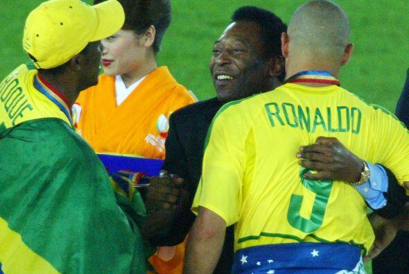 Felicitando a Ronaldo luego de que Brasil ganara el Mundial de Asia en e...