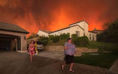 Residentes abandonando su casa en Santa Clarita, California, el 23 de ju...