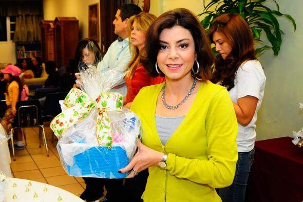 La jueza también dio obsequios de Navidad a las madres de los pequeños.