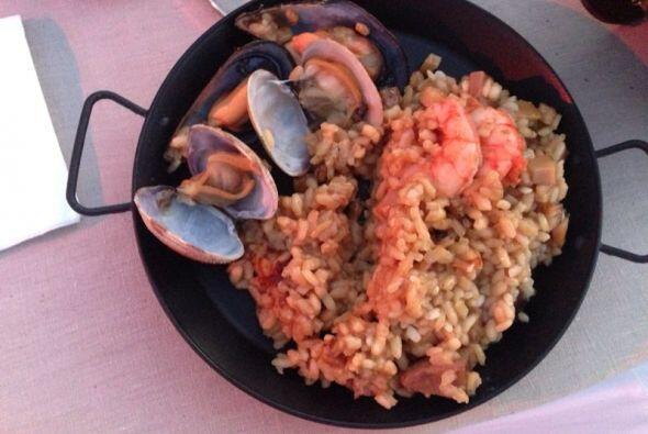 Un platillo típico de Barcelona, paella. Lo que cenaron los invit...