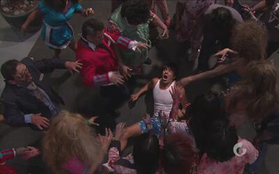 Hotel Todo Incluido | El Vítor es perseguido por zombies