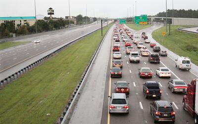 Autos evacuando en las cercanías de Orlando, Florida.