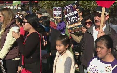 """""""Aquí estamos y nos quedamos"""", el mensaje de inmigrantes en Los Ángeles..."""