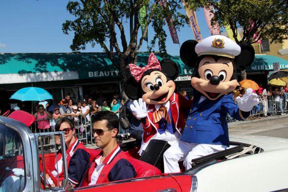 Mickey y Minnie nunca se pierden la oportunidad de hacer parte de una fi...