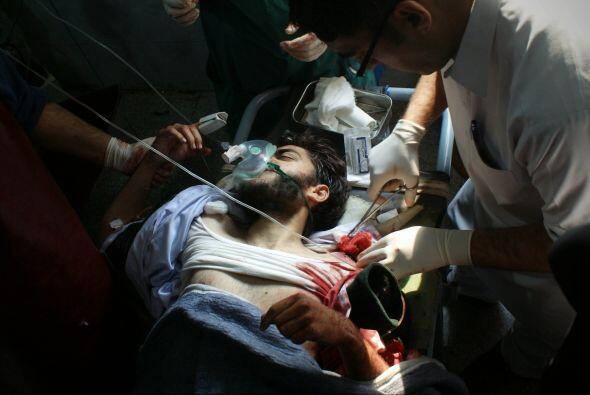 Un adulto que resultó herido en el ataque recibe tratamiento en el hospi...