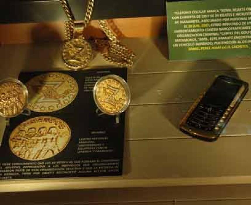 Oro y brillantesEste celular Royal es muestra de su excentricidad. Con c...