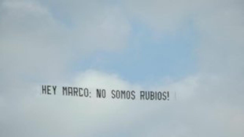Este letrero voló por encima del campo de golf localizado en Doral, Flor...
