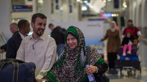 Un grupo de ciudadanos de Yemen llegan al aeropuerto de Los Ángeles el 8...