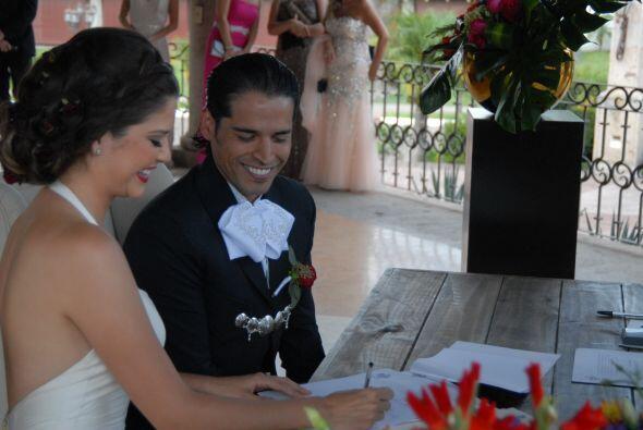 Llegó la hora de firmar el acta de matrimonio, ahora sí estarían juntos...