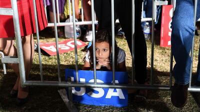 Una jovencita escuchando a la candidata demócrata Hillary Clinton en Tem...