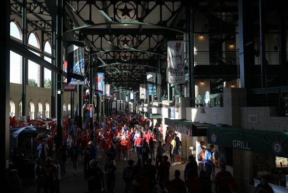 No queda un solo lugar entre los 51,746 asientos en el Rangers Park en A...