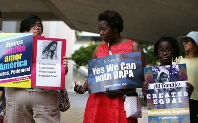 Manifestantes piden a la Corte Suprema mantener los programas DACA y DAP...