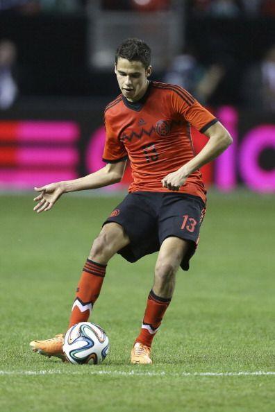 Diego Reyes (6): Otro de los defensas centrales de México. El jugador de...
