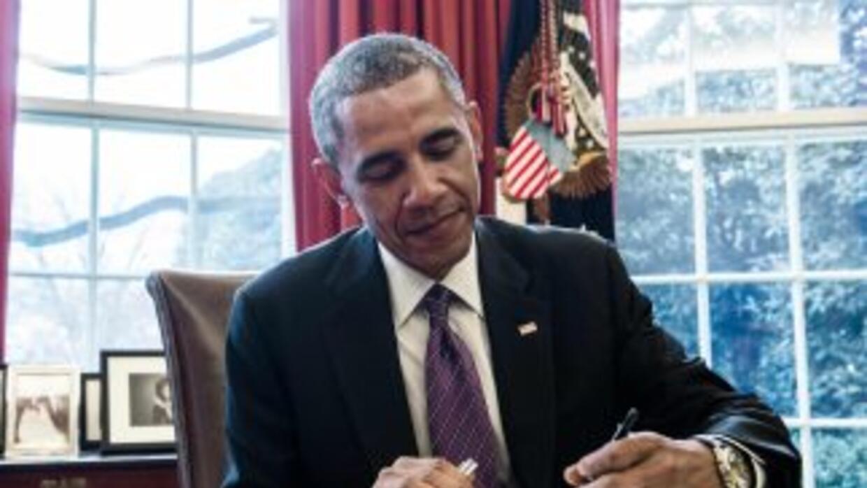 El presidente Barack Obama firmando el memorando presidencial.