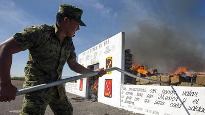 Funcionario mexicano incinerando drogas tras operativo en 2014