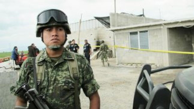 Soldados vigilan la propiedad donde fue hallada la salida del túnel que...