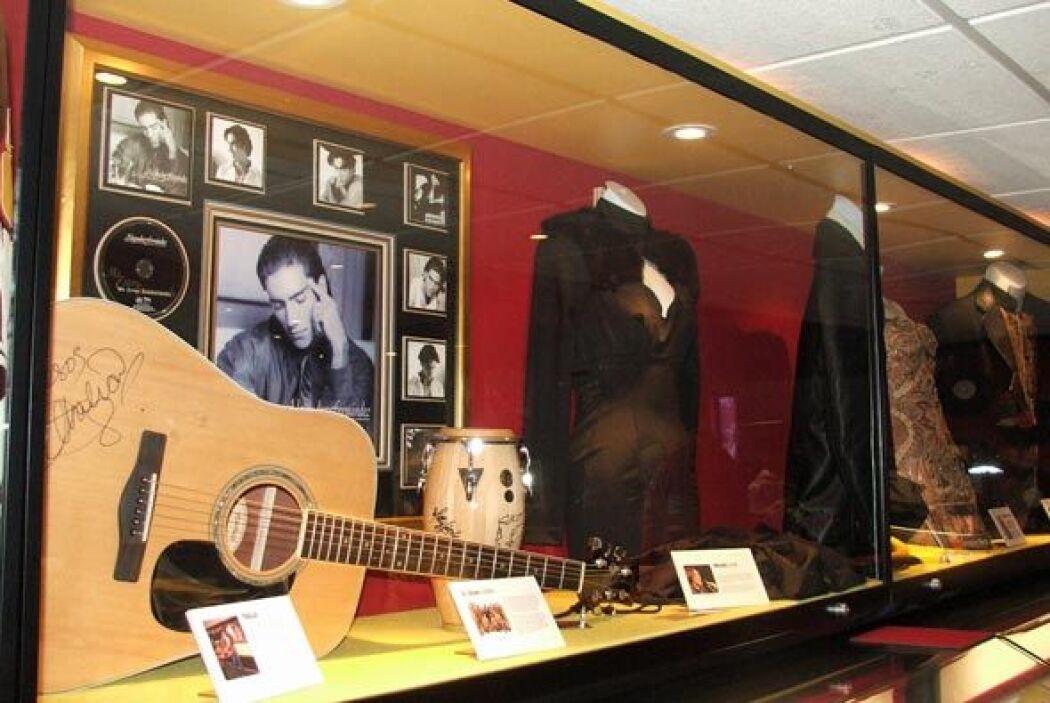 Una guitarra autografiada y en espacio a la musica tradicional mexicana.