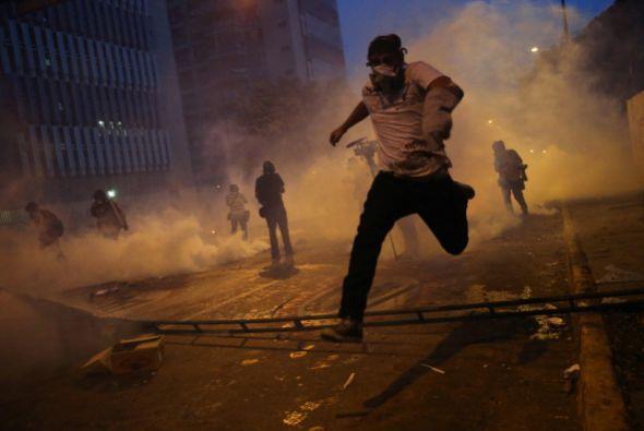 Tras no poder marchar, se produjeron enfrentamientos entre grupos de jóv...