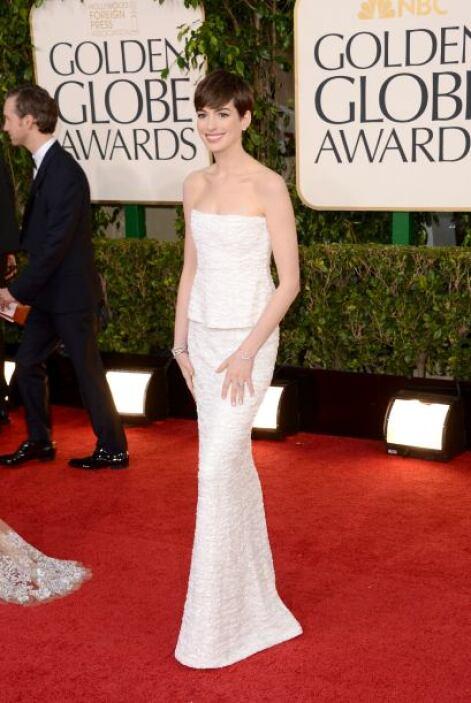Anne Hathaway se inclinó por el blanco. Ella fue otra de las famosas que...