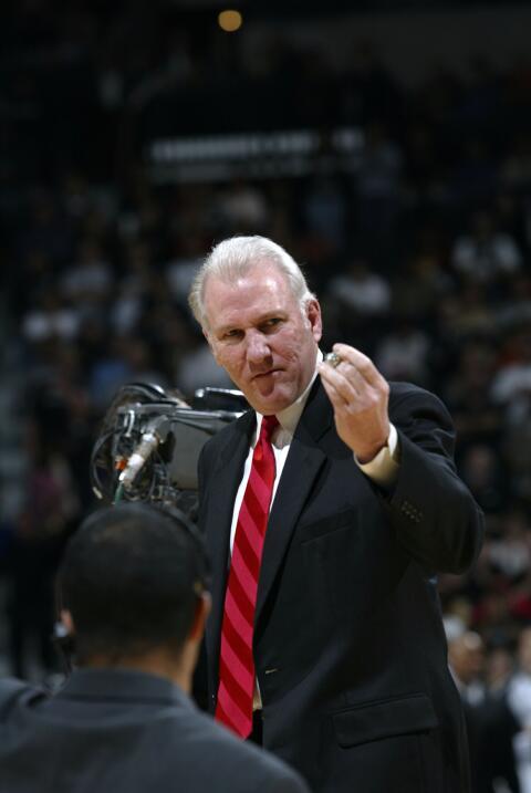 El entrenador en jefe Gregg Popovich de los Spurs de San Antonio recibe...