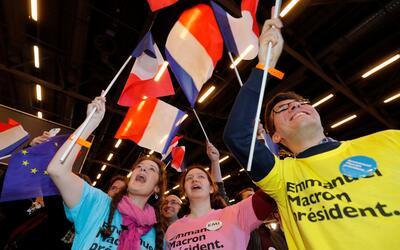 Seguidores de Macron aguardan los resultados oficiales de las elecciones...