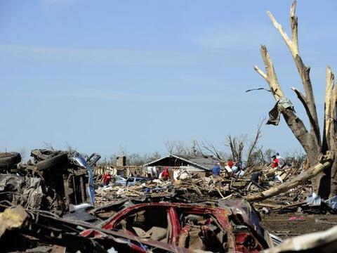 Tras el paso del tornado que causó la muerte a al menos 24 personas, dej...