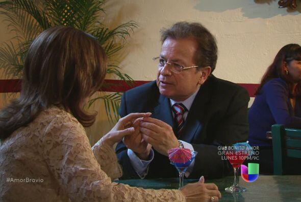 Oswaldo le propone matrimonio a Amanda de manera formal. Piensan casarse...