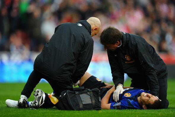 El mexicano quedó en el piso y tuvo que ser atendido por los médicos. Lu...