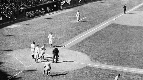 Babe Ruth después de conectar un home run en la Serie de 1932, en Wrigley.