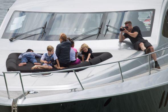 Angelina y sus chicos se recostaron en la parte trasera del bote. Más vi...