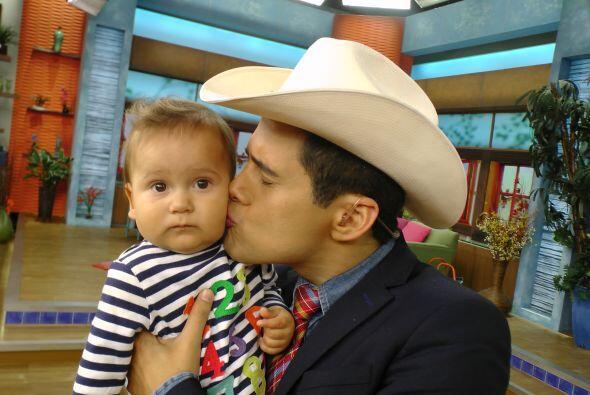 Alejandro es una persona muy amorosa, él viene de una familia muy unida.