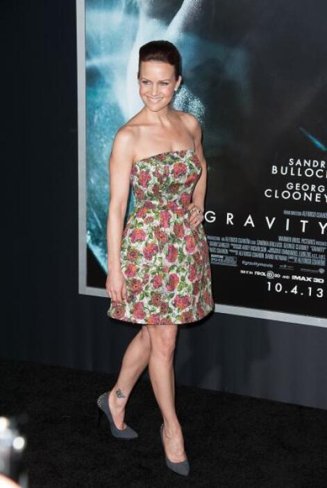 Carla Gugino dejó a un lado la seriedad del evento con ese vestido estam...