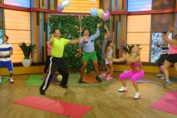 El ejercicio consiste en no dejar caer ningún globo mientras se hacen se...