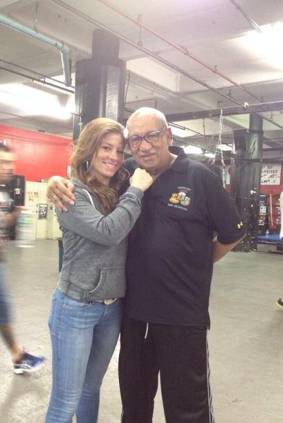 Aquí Carolina con otra leyenda del boxeo, Héctor Roca en G...