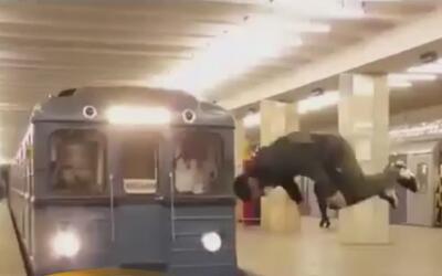 Un joven ruso saltó e hizo una vuelta en el aire frente a un tren en mov...