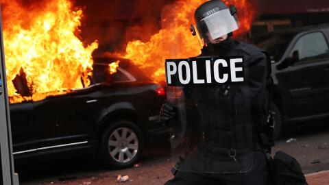 Una limusina fue incendiada durante una protesta que terminó en violencia.