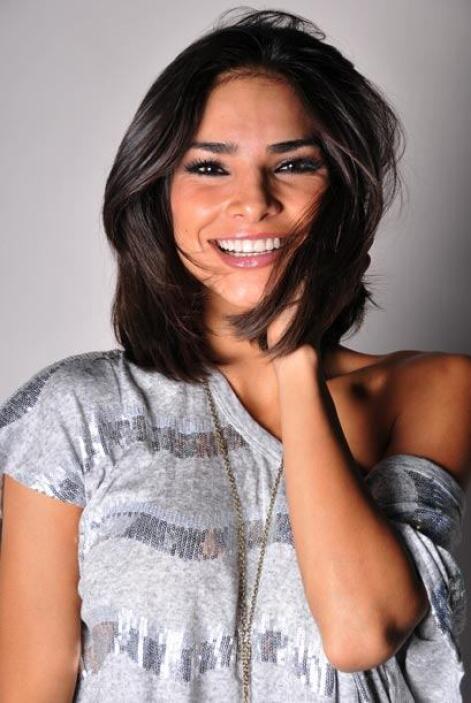 Su cabello alborotado resalta su belleza.