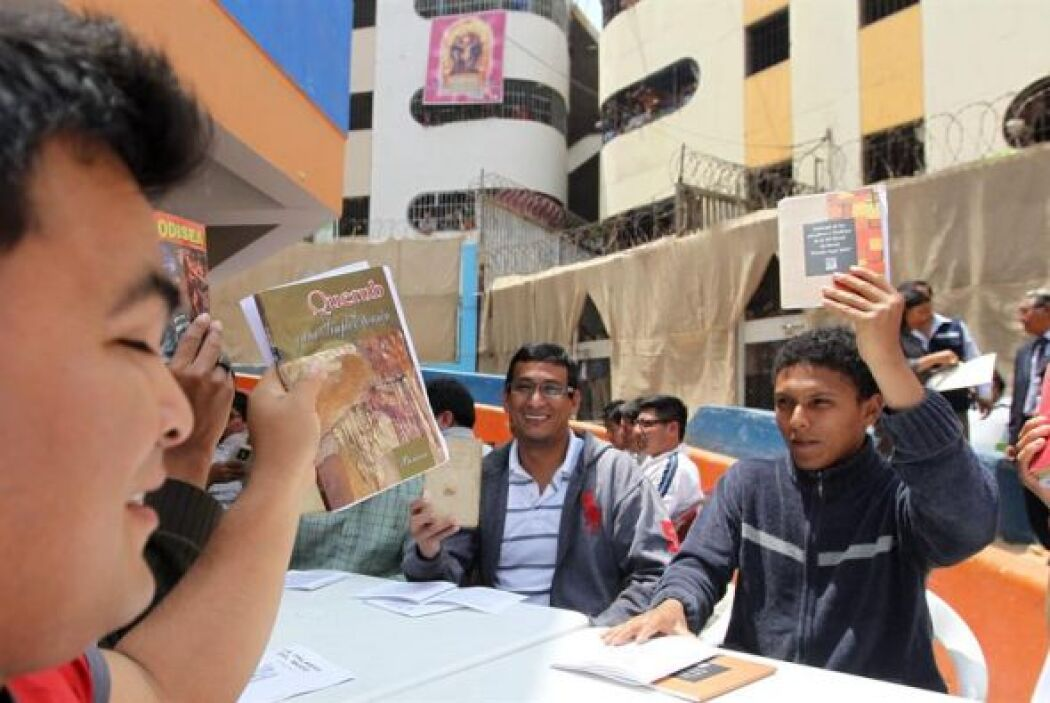 Un grupo de internos del penal Miguel Castro Castro se reúnen para leer...