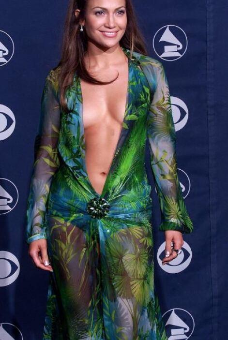 El vestido más recordado ha sido aquel Versace verde de gasa de seda con...