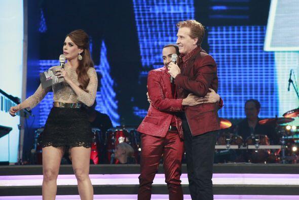Pero también el cantante quiso compartir el escenario con todo el equipo...