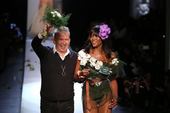 Al finalizar la presentación, Jean Paul Gaultier escoltó a esta belleza...